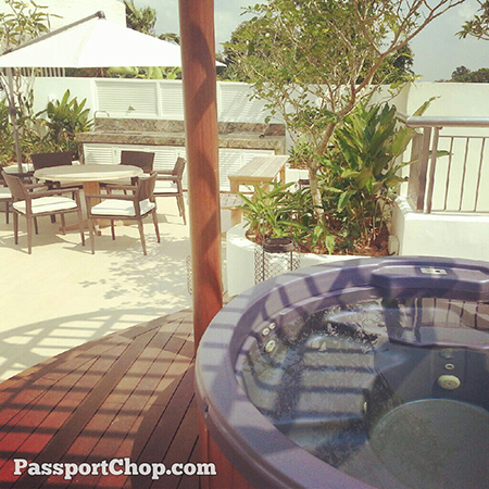 Jacuzzi with outdoor BBQ pit at ShangriLaHotels premier balcony room #LovingtheMoment @ Shangri-La Garden Wing Hotel staycation Singapore