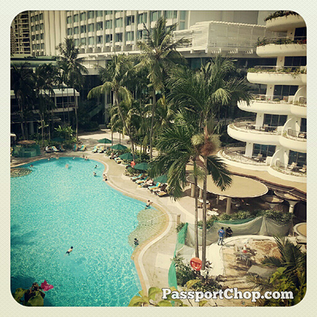 Swimming @shangrilahotels #LovingtheMoment #Singapore #staycation @ Shangri-La Hotel, Singapore
