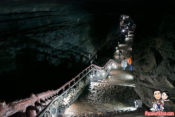 manjanggul-lava-cave-jeju-slippery-dim-lighting
