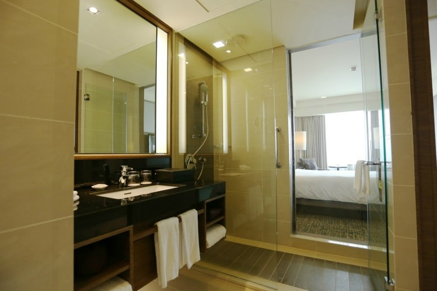 hotel renaissance jb club room bathroom