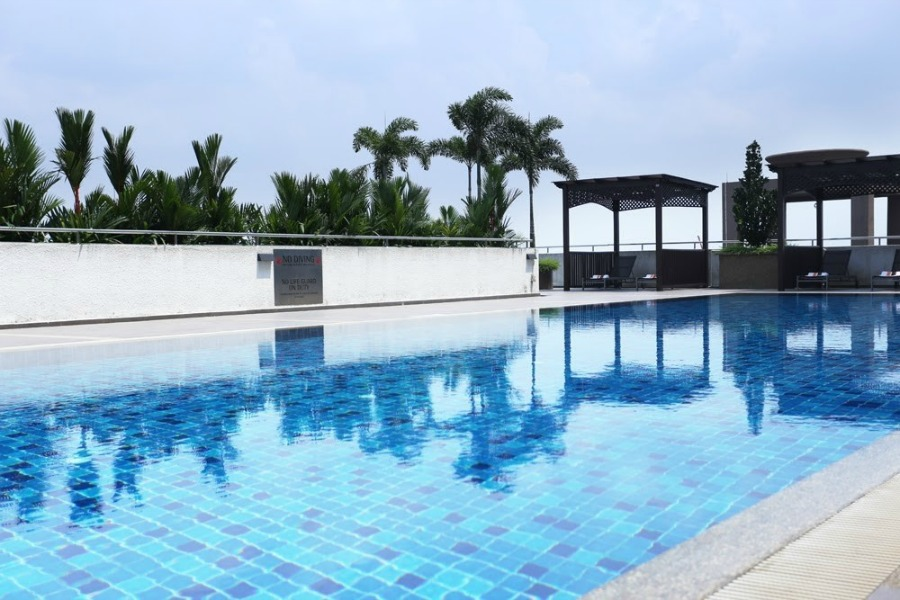 jb renaissance hotel swimming pool